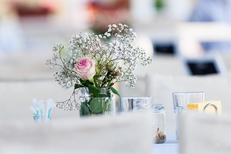 снимка на детайли от сватбена украса