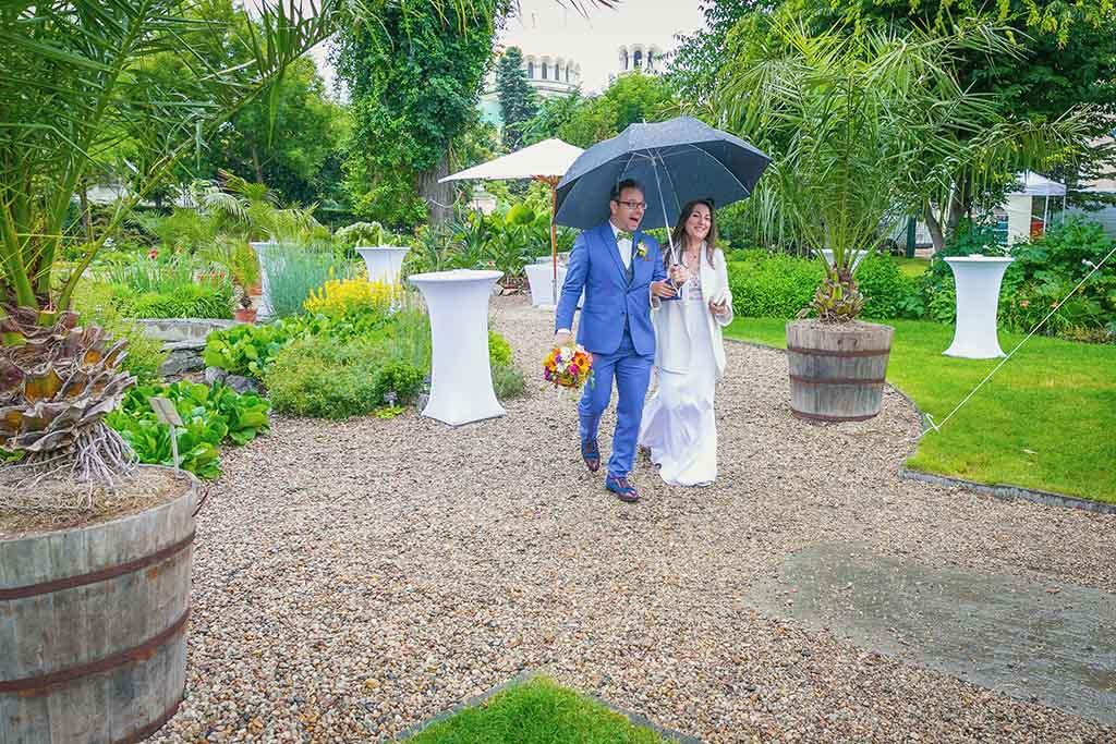 сватбена фотография пристигането на младоженците в дъжда