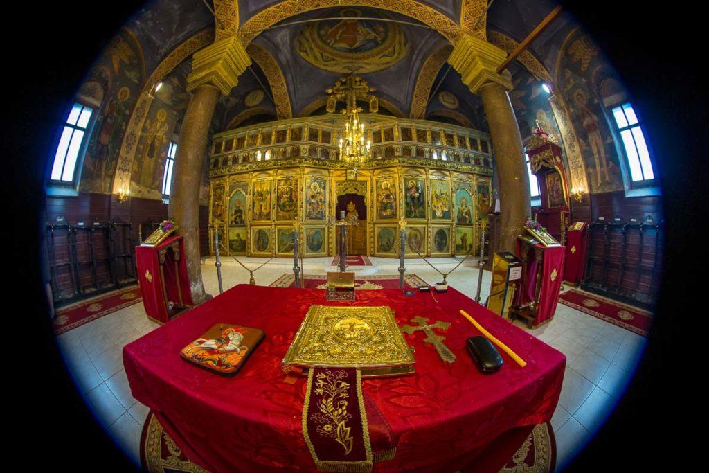 снимка на олтара на църквата в бистрица