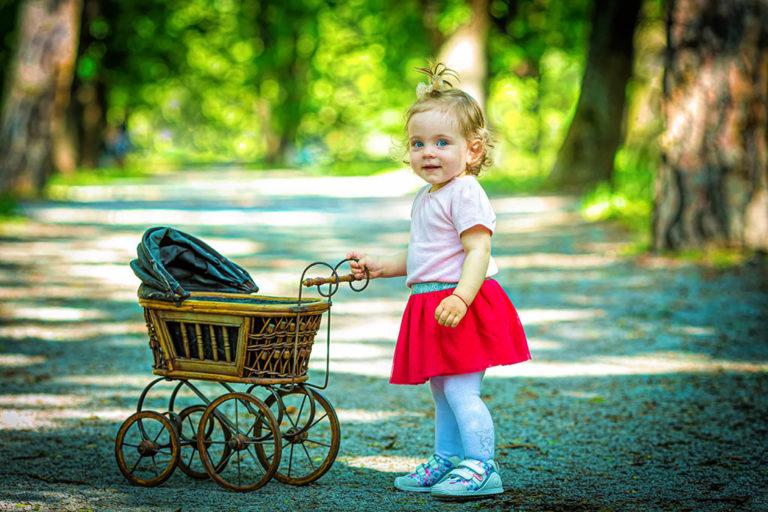снимка на малко момиченце от семейна фотосесия на открито в парк софия