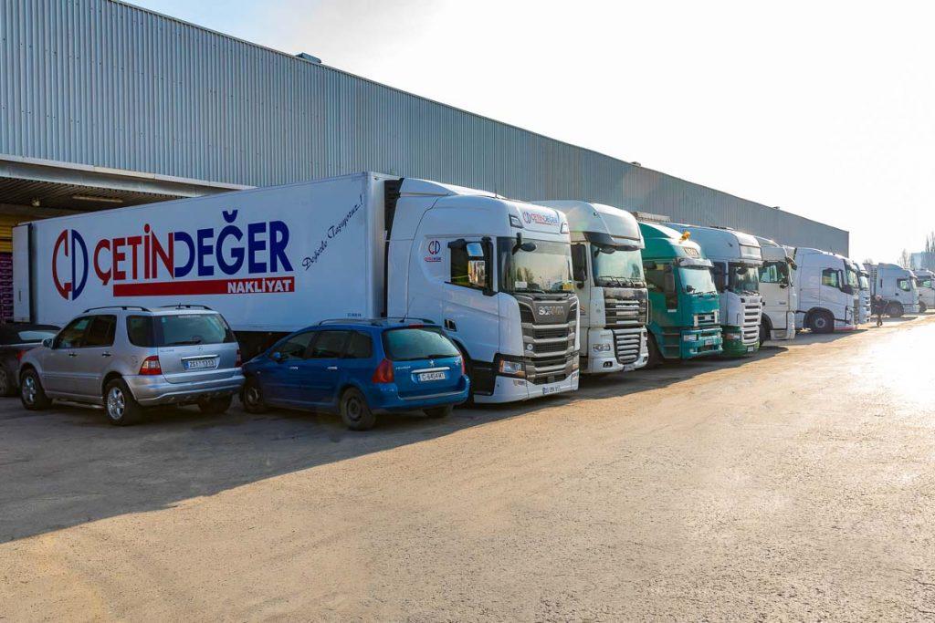 редица с камиони разтоварващи стока от заснемане на складови помещения и тържища