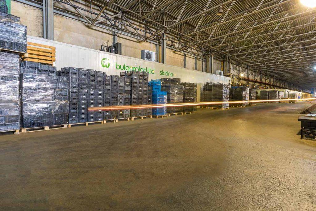 хале пълно със стока от заснемане на складови бази