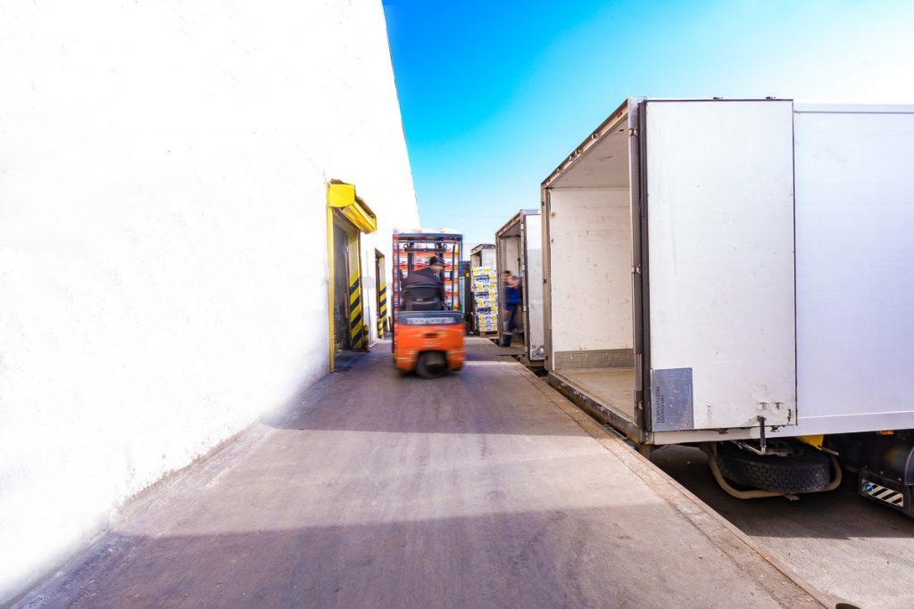 товарна рампа и мотокар товарещ стока от фотография на складови помещения