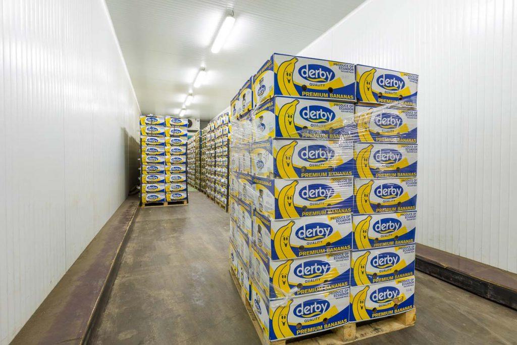 помещение за узряване на банани пълно с кашони от фотография на складови помещения