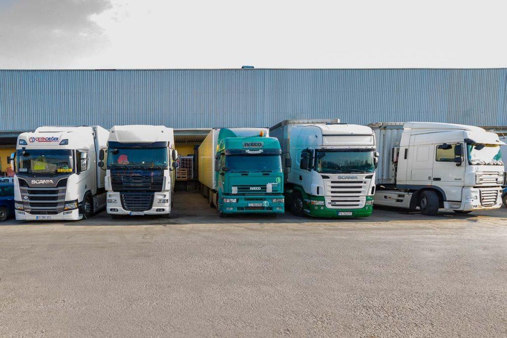 паркинг с камиони разтоварващи стока от фотосесия на складове
