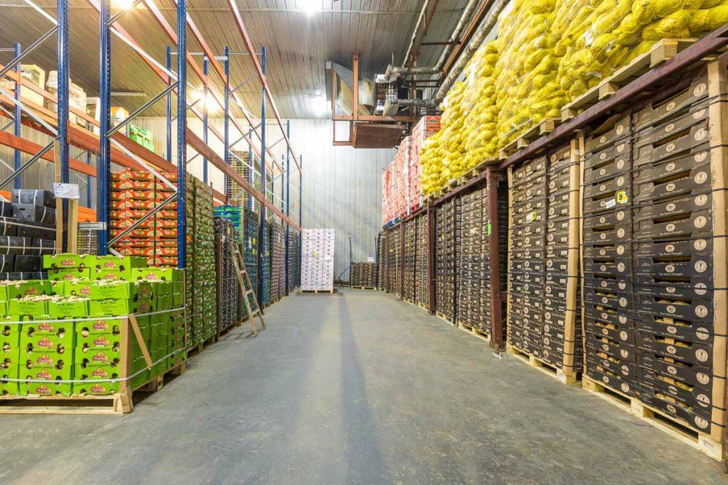складово помещение пълно с палета с зеленчуци от фотография на борса слатина булгарплод