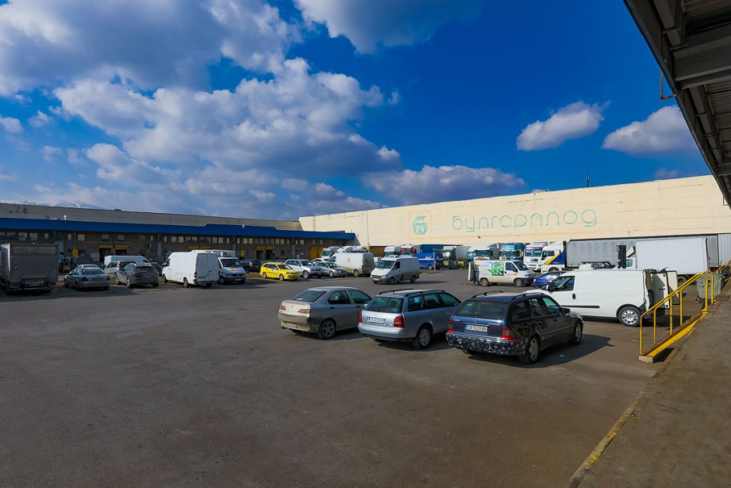 паркинг на борса пълен с коли от заснемане на борса слатина