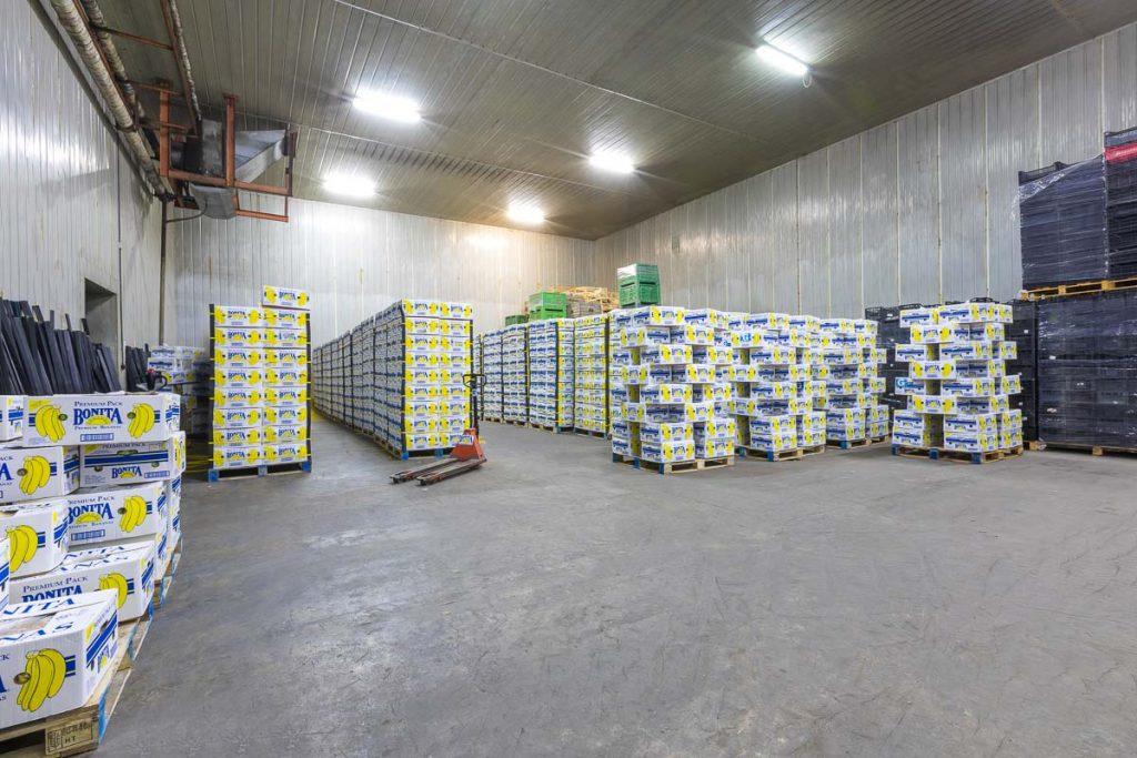 склад пълен с кашони с банани от професионално заснемане на складове и борси софия