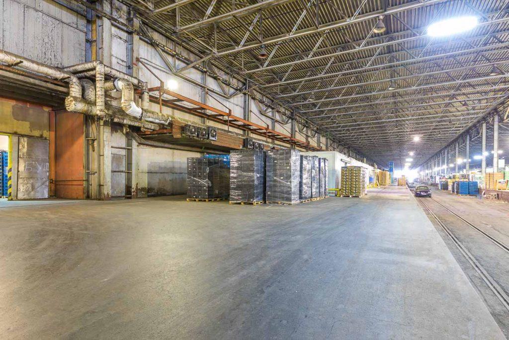 хале пълно със стока от професионална фотография на складове и борси