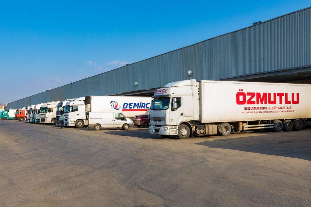 паркинг с тирове разтоварващи стока от заснемане на складови помещения