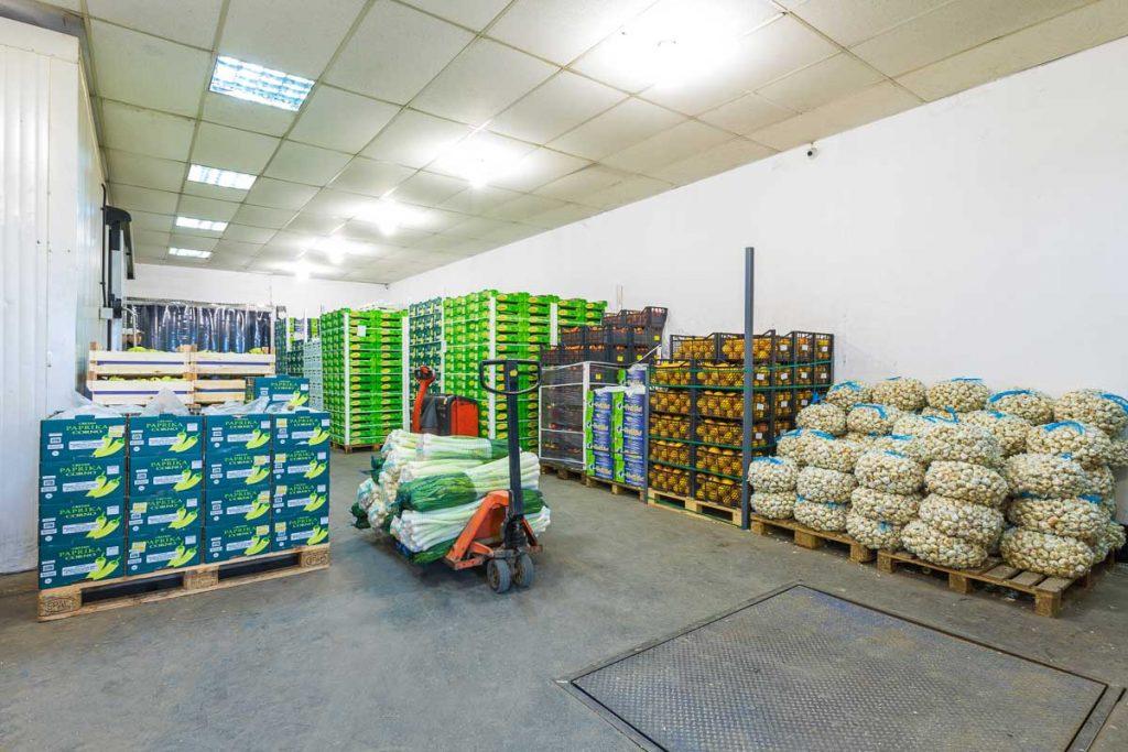 склад пълен с плодове и зеленчуци от професионална фотография на складове и тържища