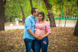млада бременна жена и таткото на фотосесия за бременни в софия